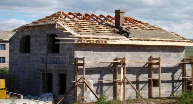 Устройство полувальмовой крыши в деталях